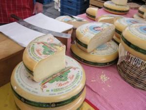 2013年5月17日:色んな大きなチーズがある