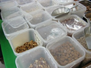 2013年5月17日:市場で沢山のナッツの種類