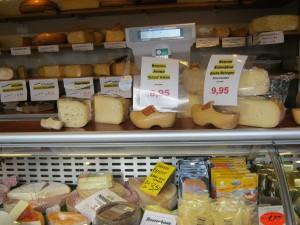 市場:チーズと木靴 (kaas op de markt, met een paar klompen erbij)