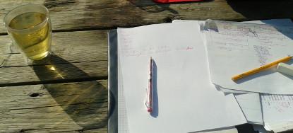 水曜日には外で論文を書いた。 Woensdag, buiten aan mijn scriptie schrijven. <em>Wednesday, writing my thesis outside.</em>